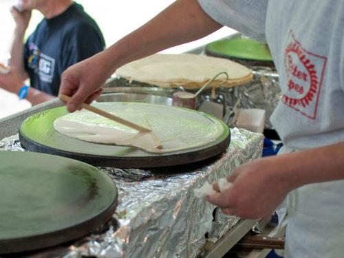 en medarbejder igang med at lave en pandekage hos Better Crepe